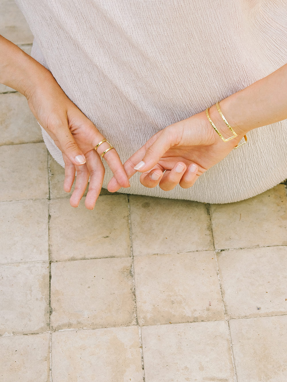 anillo de oro para mujer diseñado con dos barras, joyas artesanales, joyas para regalar, marteliè barcelona, joyasmarket