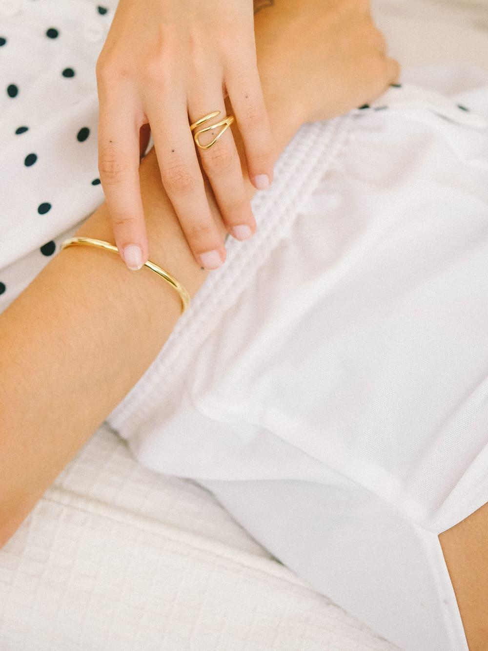 anillo de oro 18k para mjer con forma de aguja, joyas para regalar, anillos de plata para regalo, joyas marteliè barcelona, joyasmarket