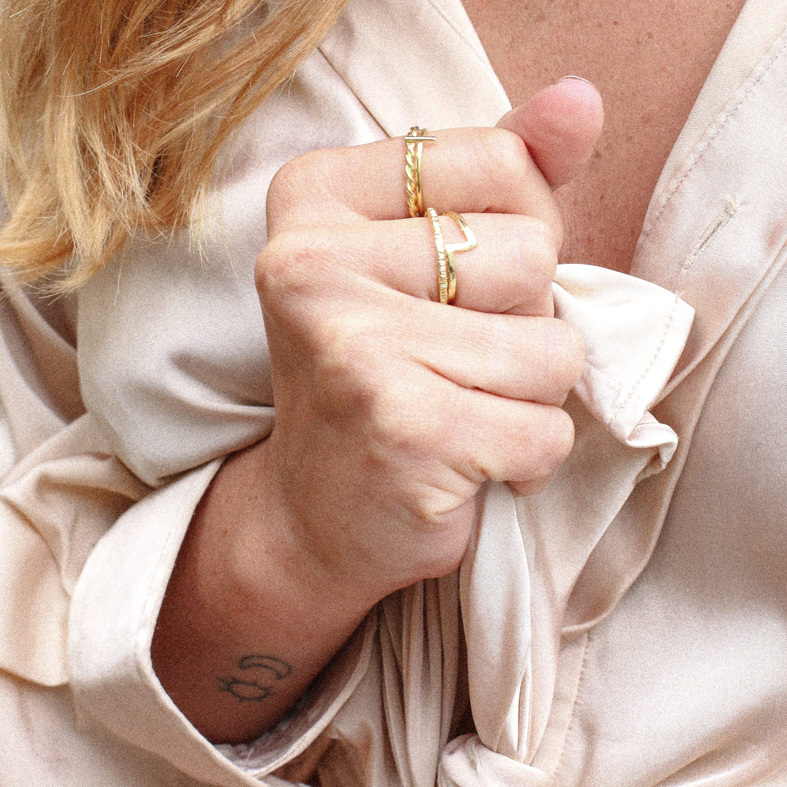 anillo de mujer chapado en oro de 18 kilates, regalar anillo de oro, regalar joyas, joyas Marteliè Barcelona, joyasmarket