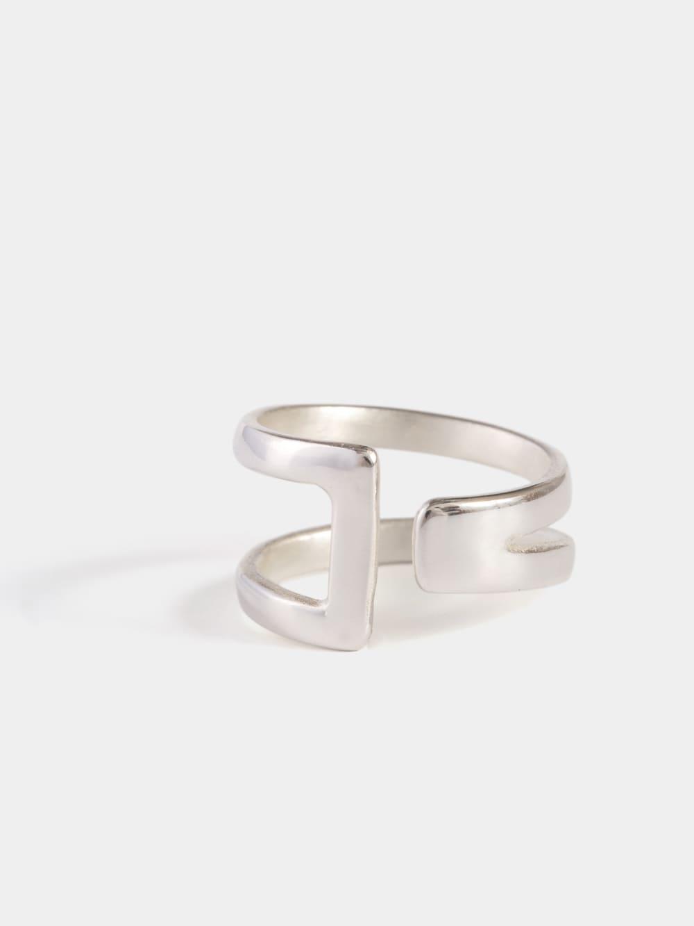 anillo de plata para mujer diseñado con dos barras, joyas artesanales, joyas para regalar, marteliè barcelona, joyasmarket