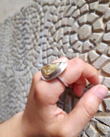 anillo de cuarzo turmalinado, anillo de cuarzo rutilado, plata y cuarzo rutilado, propiedades del cuarzo rutilado