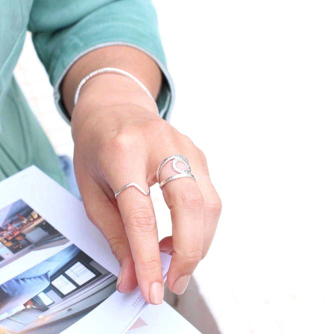 anillo de plata para mujer diseñado con círculo en el centro, joyas artesanales, joyas para regalar, marteliè barcelona, joyasmarket