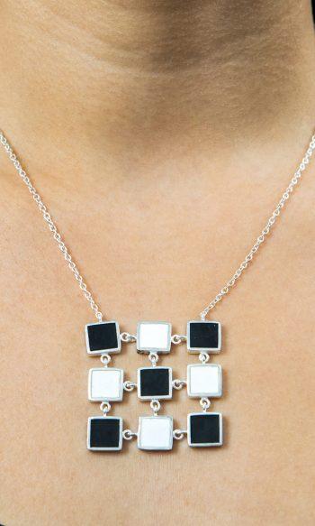 collar de plata para mujer con cuadrados blancos y negros, collares de diseño para mujer, collares de plata fairmined, collares de mujer joyeria etica