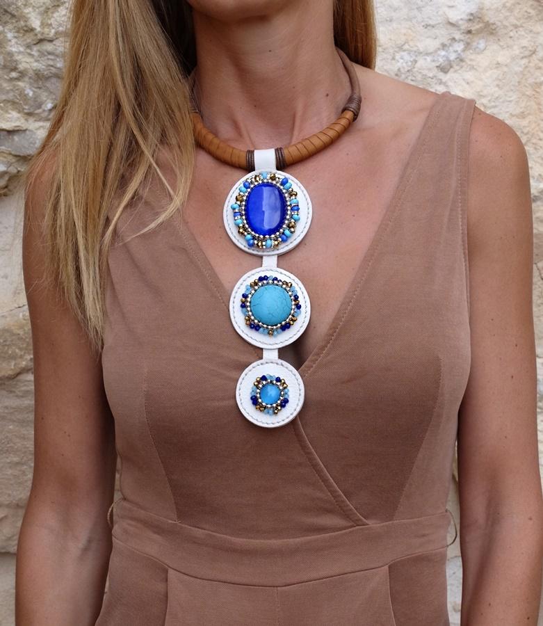 collar estilo boho para mujer con piedras turquesas y con gargantilla de piel marrón oscura diseñado por Paola Torrighhelli en su marca Lalaeuno para joyasmarket