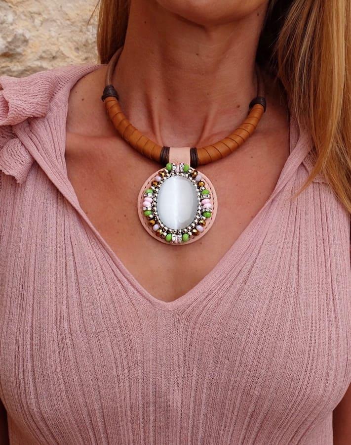 collar de cuero y piedras para mujer, lalaeuno madrid, regalar collar de diseño, joyeria étnica, joyasmarket