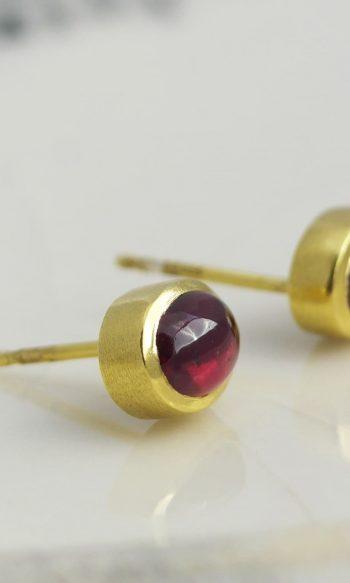 pendientes de botón de oro con piedra rodolita, regalar pendientes con rodolita