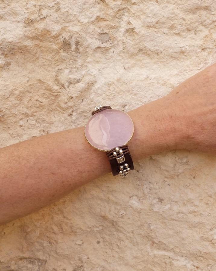 pulsera de mujer estilo boho hecha a mano con piel natural de color marrón oscuro y una piedra de cuarzo rosa de diseño exclusivo por Lalaeuno para joyasmarket