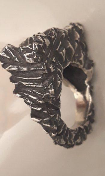 anillo de plata oscura para mujer