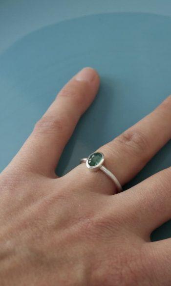 anillo con piedra de turmalina para mujer azul
