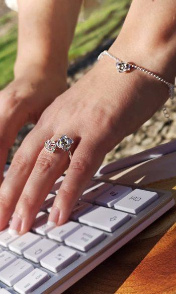 anillo de plata con diseño de rosa