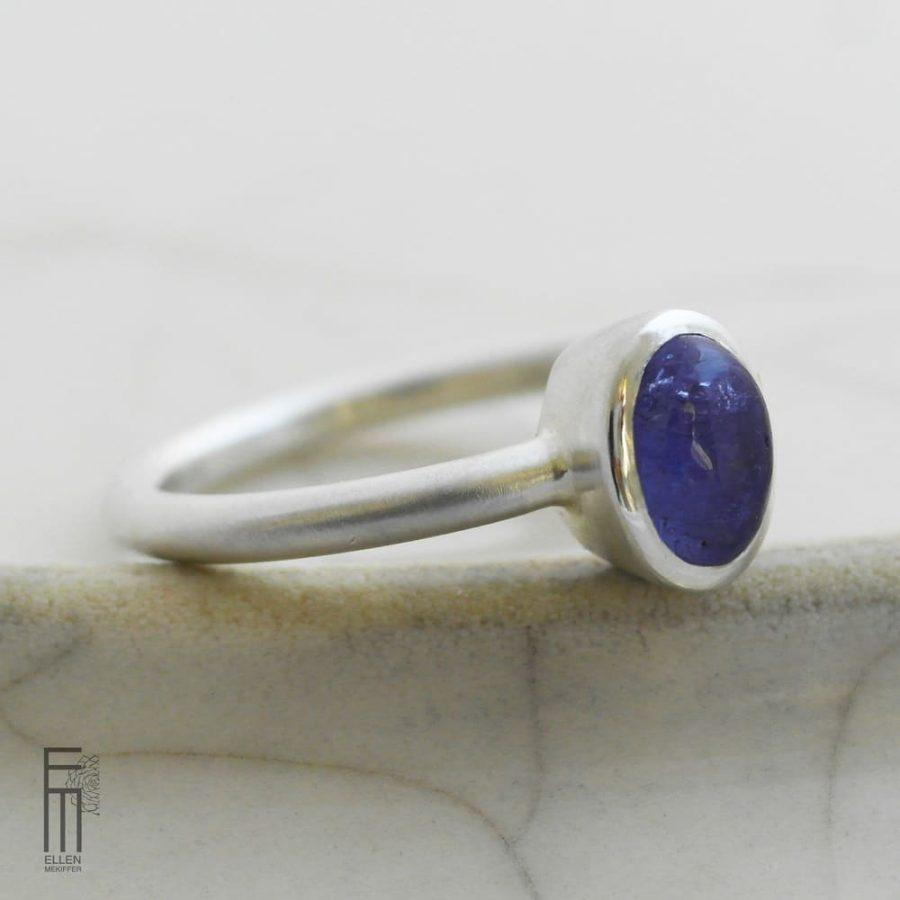 anillo de plata con tanzanita azul