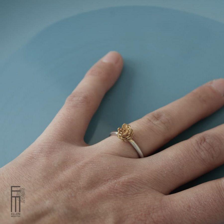 anillo de diseño botanico