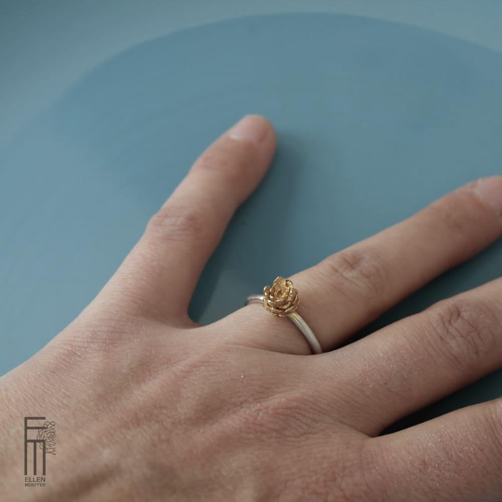anillo minimalista de plata con oro, joyas florales, ellen mekiffer sevilla, comprar anillo de plata con oro, joyeria artesanal, joyasmarket