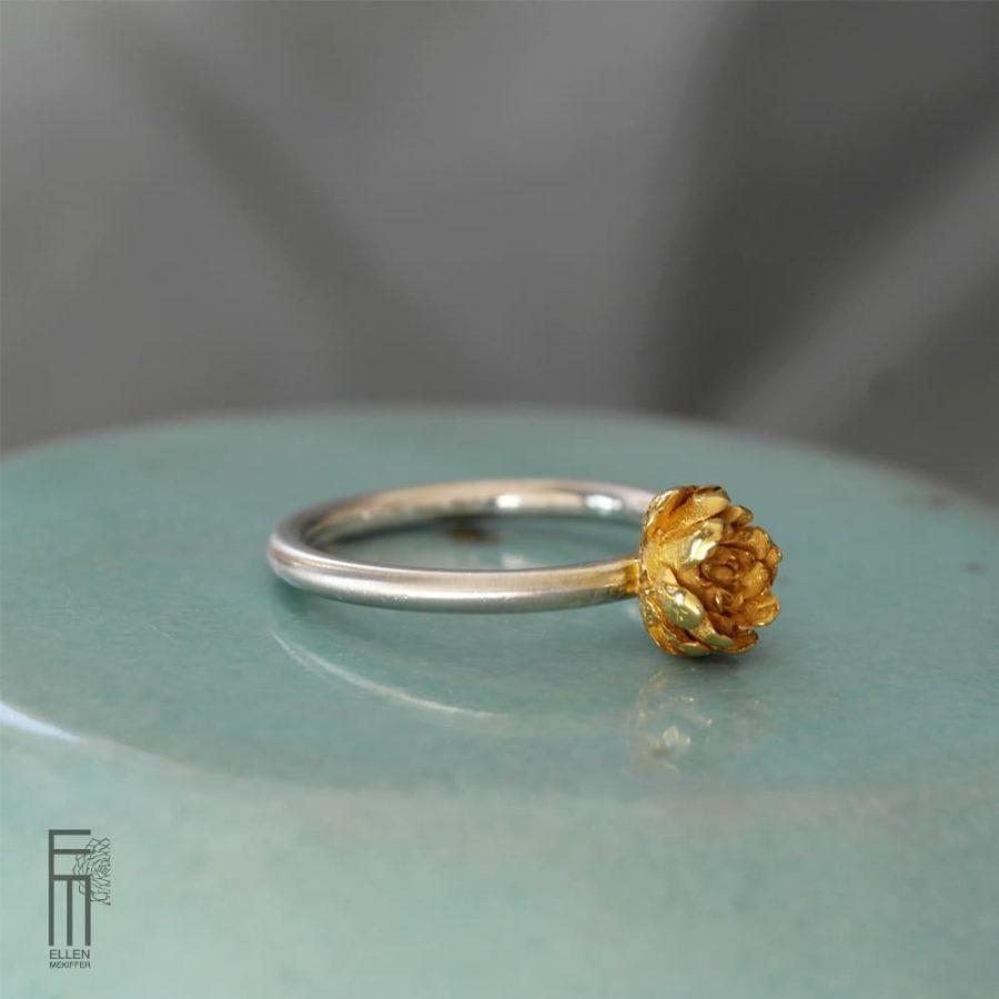 anillo de plata y oro con diseño botánico de flor