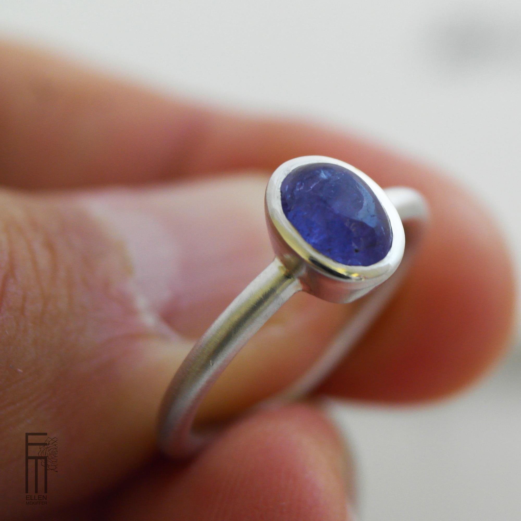 anillo minimalista de plata con tanzanita azul para mujer, ellen mekiffer sevilla, comprar anillo de plata con tanzanita, joyeria artesanal, joyasmarket