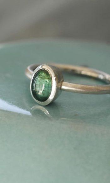 anillo de plata con piedra turmalina