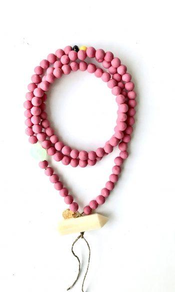 collar mala con petalos de rosa y hueso