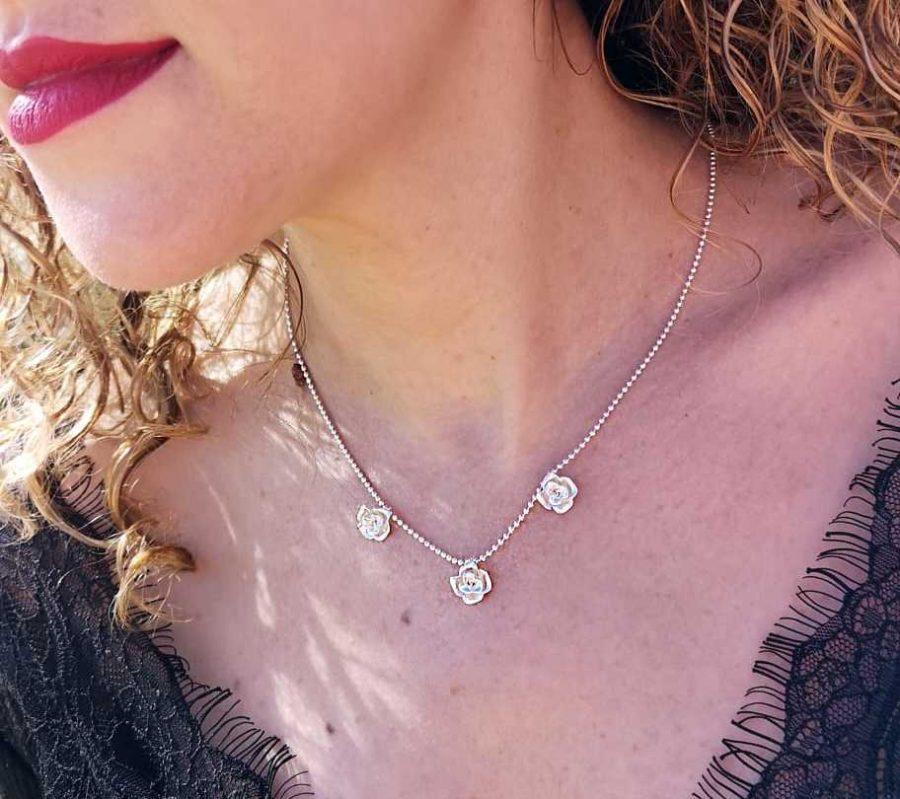 gargantilla de plata de mujer con rosas