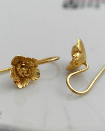 pendientes de oro de gancho con diseño de flor