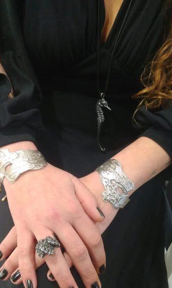 brazalete de plata para regalar, regalar brazalete especial, brazaletes de diseñadoras