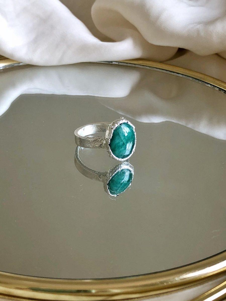 anillo con piedra esmeralda para mujer, propiedades de la esmeralda