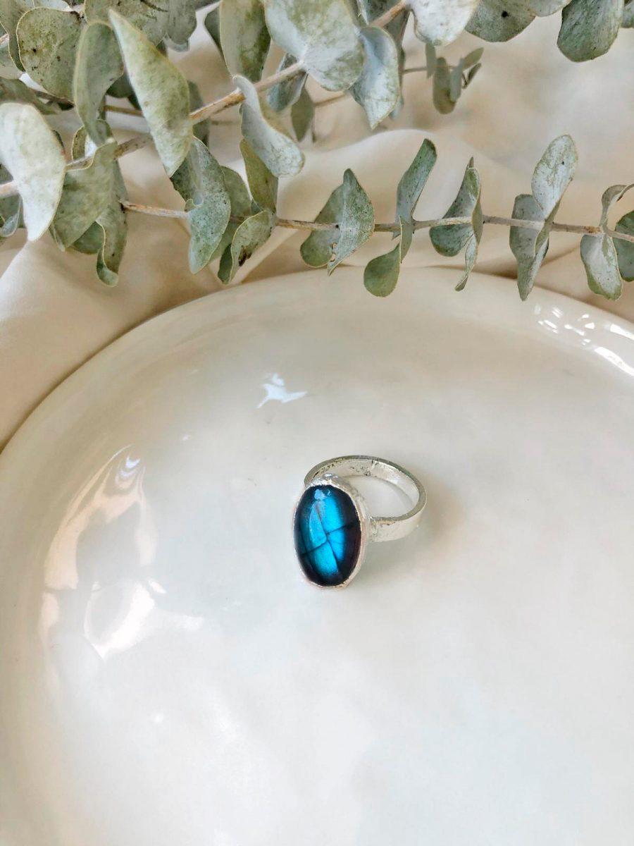 anillo de plata con piedra labradorita