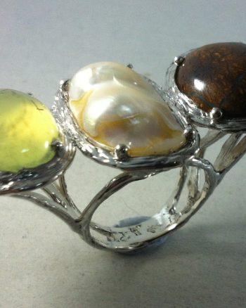 anillo de mujer con prehnita perla y opalo boulder australiano
