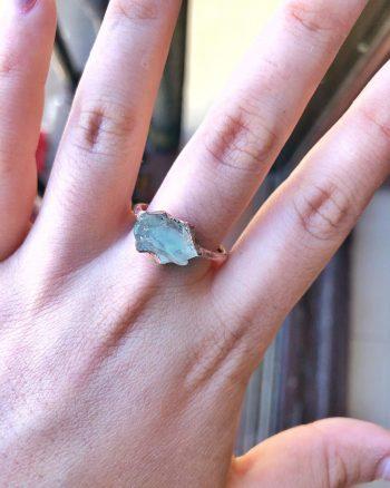 anillo para mujer con piedra aguamarina