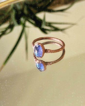 anillo con tanzanita azul